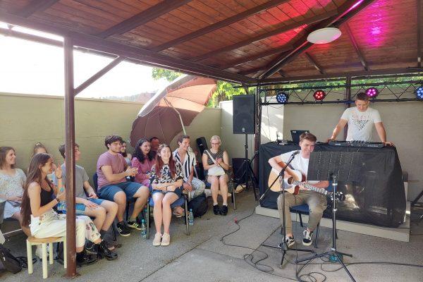 """Glasbeno – poetski dogodek """"MEČBESEDA ALI SWORDWORD"""" združil mlade v živo"""